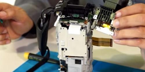 Sony FDR-AX100 Guida e manuale su come smontare la videocamera